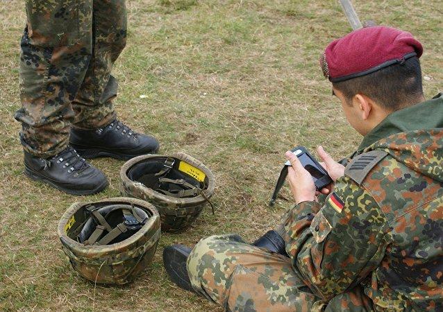 جندي يستخدم هاتفه في مواقع التواصل