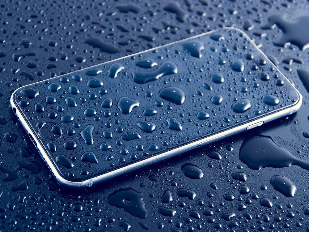خطوات لإنقاذ هاتفك في حال وقوعه في الماء