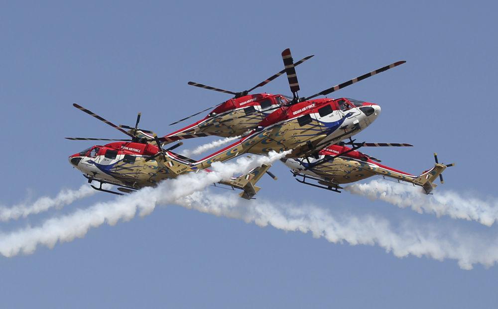 عرض جوي من قبل فريق الطيران العسكري الهندي دهروف (Dhruv) خلال المؤتمر والمعرض العسكري آيرو إنديا 2019 (Aero India 2019) في بنغالور، الهند 20 فبراير/ شباط 2019