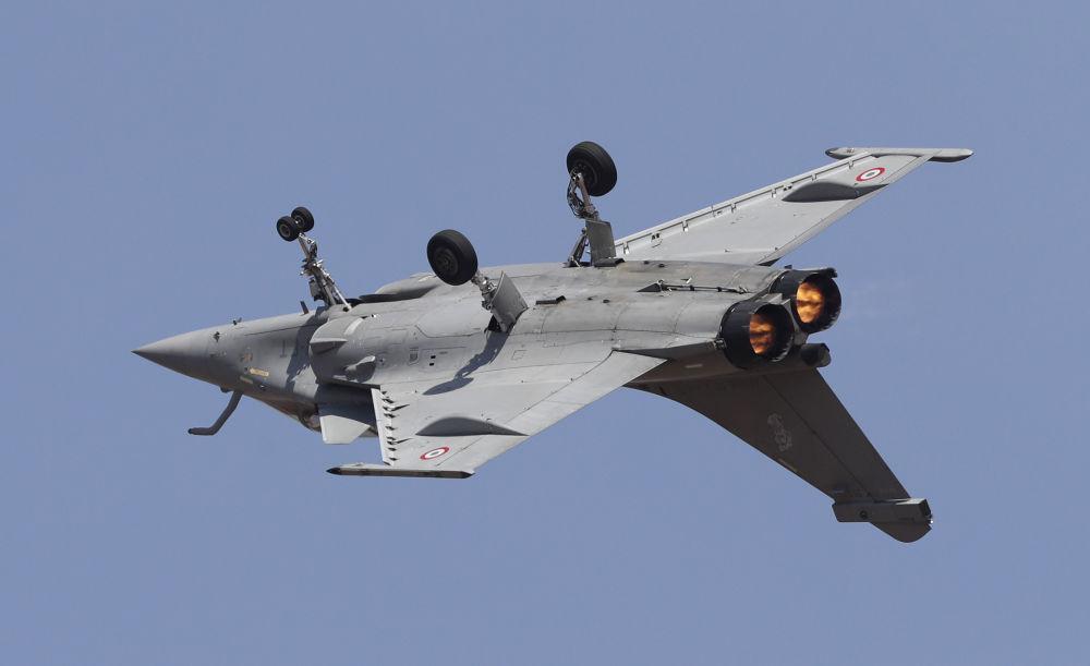 عرض جوي لطائرات رفال الفرنسية، خلال المراسم الافتتاحية للمؤتمر والمعرض العسكري آيرو إنديا 2019 (Aero India 2019) في بنغالور، الهند 20 فبراير/ شباط 2019