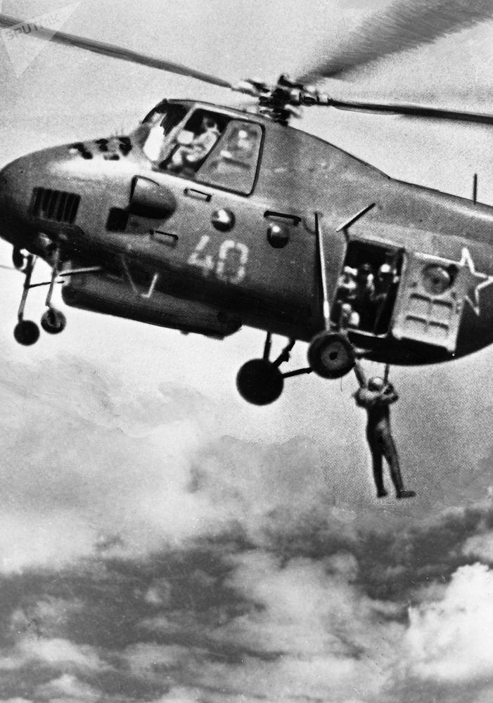تدريبات عسكرية لوحدات الإنزال بالمظلات من المروحيات، عام 1936