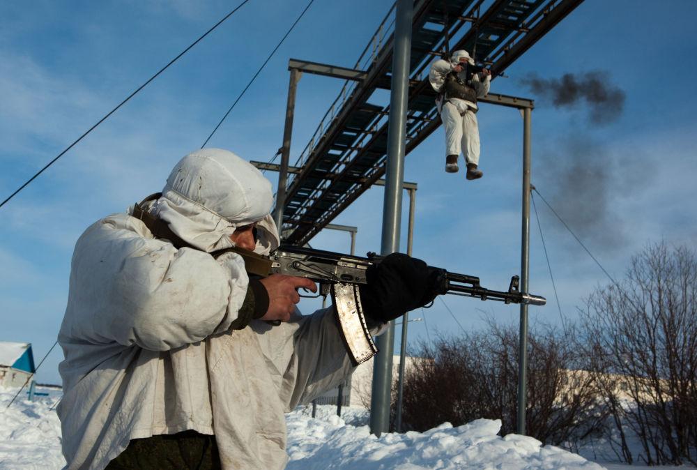 تدريبات لعناصر القفز بالظملات لوحدات الإنزال الهجومي التابعة لمشاة البحرية رقم 61 في الأسطول الشمالي، عام 2011