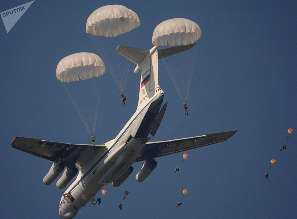 إنزال الوحدات العكسرية خلال إحدى مراحل تدريبات القيادة والأركان مع اللواء رقم 31 في منطقة ريازان الروسية، عام 2006