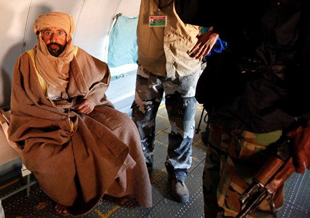 سيف الإسلام القذافي يجلس في طائرة في الزنتان