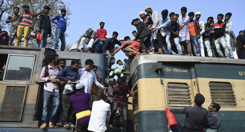 مسلمو بنغلادش ينلوان عن القطار بعد أو وصلوا إلى تونغو، لأداء الصلاة الجماعية، 19 فبراير/ شباط 2019