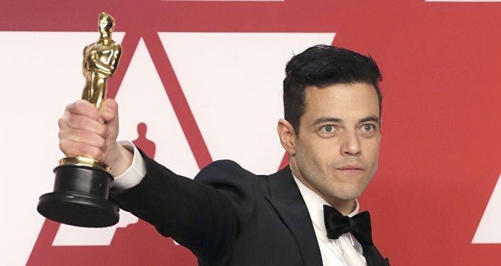 رامي مالك يحمل جائزة أوسكار أفضل ممثل رئيسي في حفل أكاديمية فنون وعلوم الصور المتحركة، 24 فبراير/شباط 2019