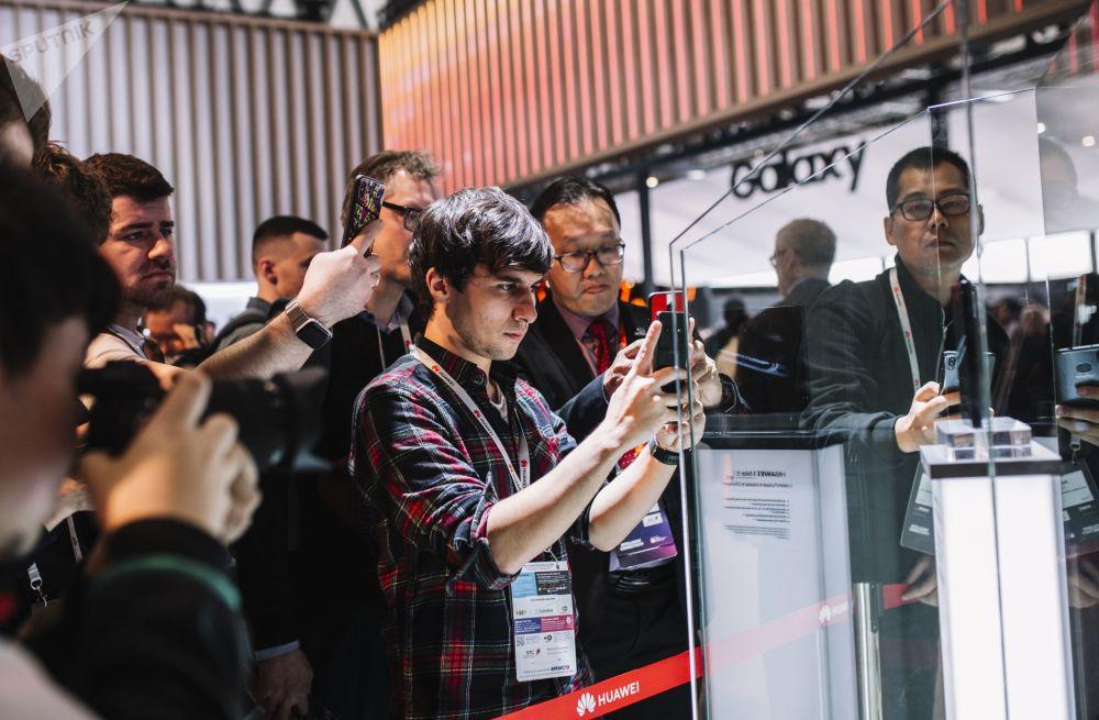 زائرو المعرض يقفون أمام جناج شركة هواوي (Huawei) في المؤتمر العالمي للموبايل 2019 في برشلونة، إسبانيا 25 فبراير/ شباط 2019