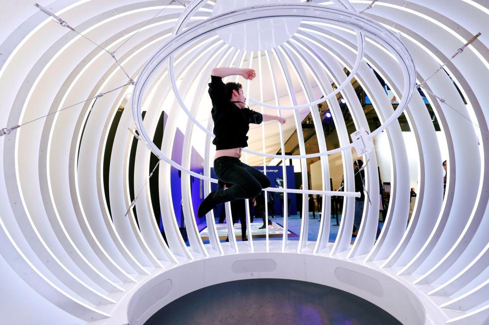 موظف في شركة سامبونغ خلال عرض هواتف سامسونغ إس 10 بلاس (Samsung S10 Plus)، في المؤتمر العالمي للموبايل 2019 في برشلونة، إسبانيا 25 فبراير/ شباط 2019