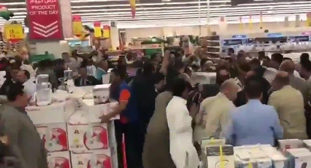 هجوم العشرات على متجر في الكويت
