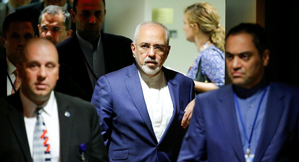 وزير الخارجية الإيراني محمد ظريف بعد حضور اجتماع الأطراف في الاتفاق النووي الإيراني خلال الدورة الثانية والستين للجمعية العامة للأمم المتحدة في مقر الأمم المتحدة في نيويورك