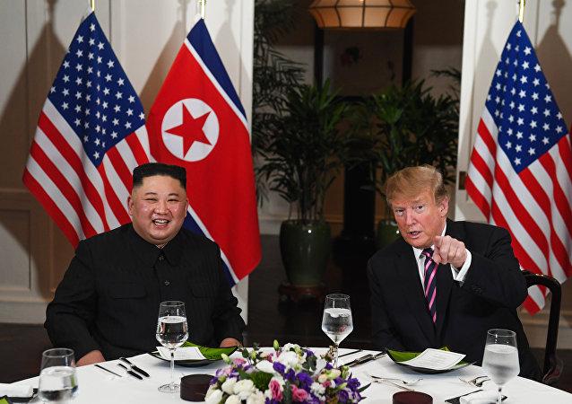 الرئيس الأمريكي دونالد ترامب والزعيم الكوري كيم جونغ أون