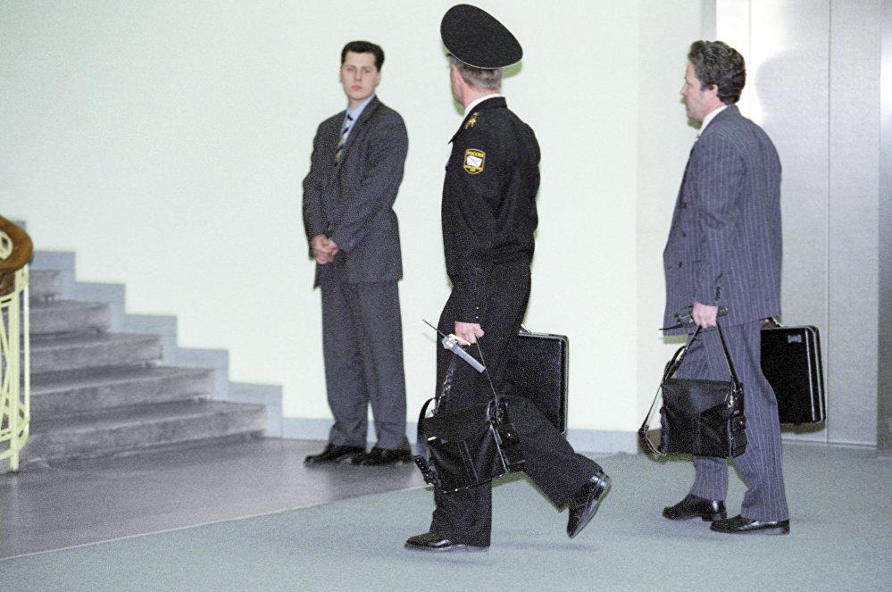 ضابط يحمل الحقيبة النووية