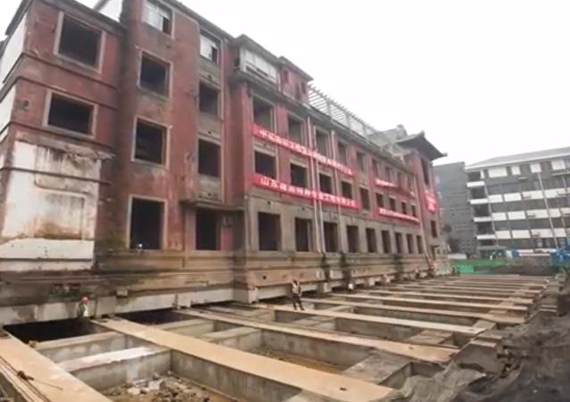 نقل فندق يزن 5000 طن لمسافة 35 مترا في الصين
