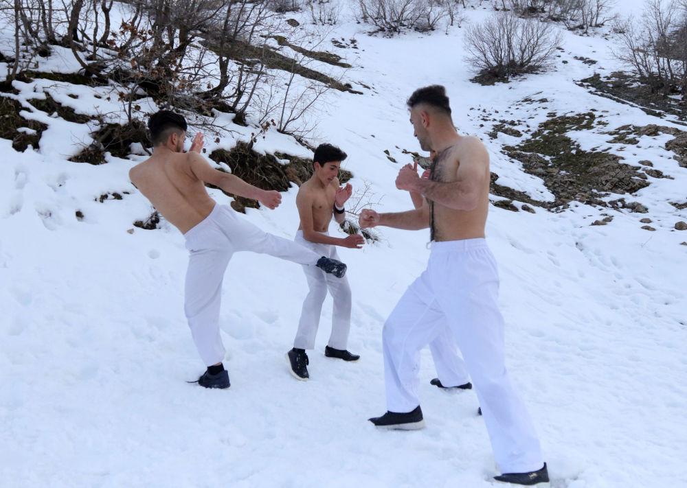 أعضاء نادي الكاراتيه كيوكوشن كاراتيه (Kikoshin Karate) خلال التدريبات في جبال السليمانية، العراق 27 فبراير/ شباط 2019