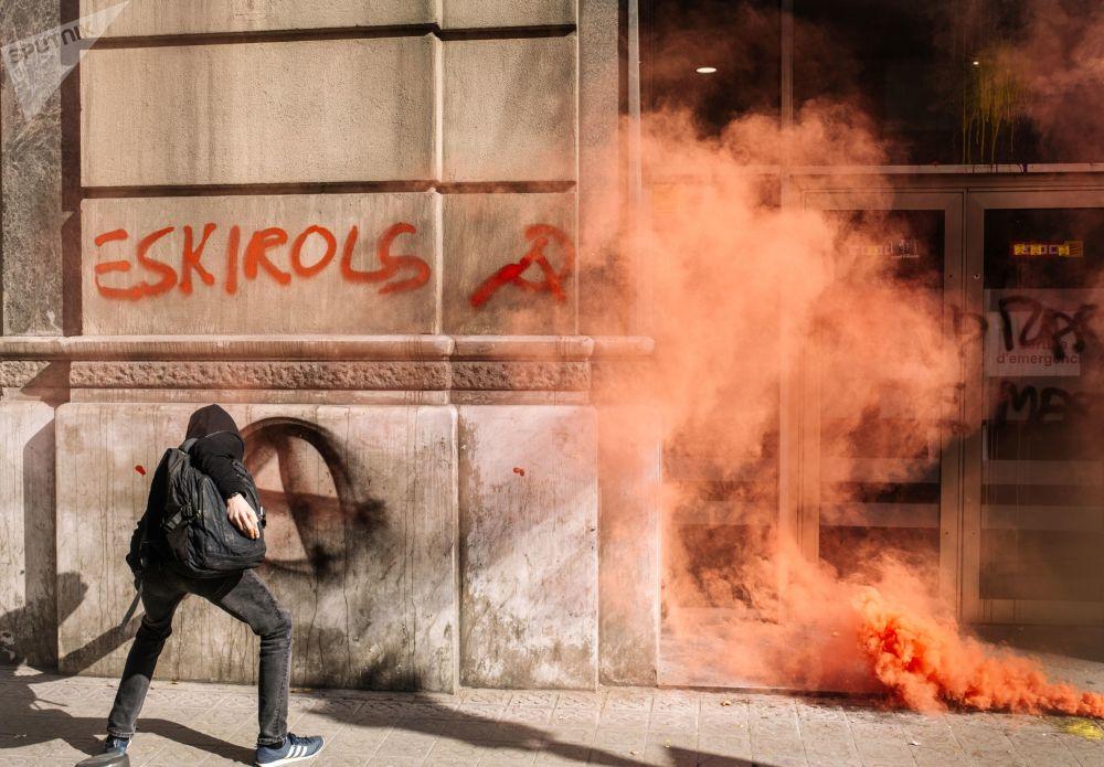 أحد المشاكرين في احتجاجات أنصار استقلال كتالونيا عن إسبانيا