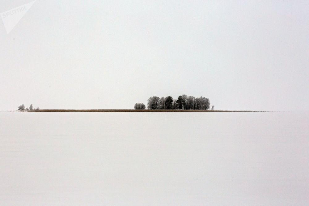 جزيرة كاميني وسط بحيرة سيام أوزيرو في حي برياجينسك في منطقة كاريليا الروسية