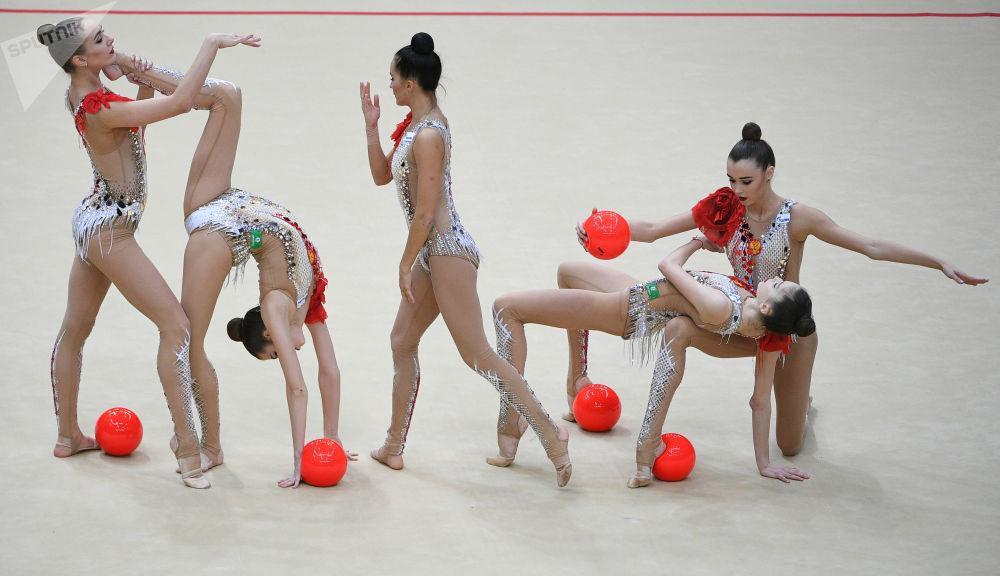 فريق الجمباز الإيقاعي الروسي خلال بطولة الجائزة الكبرى في موسكو