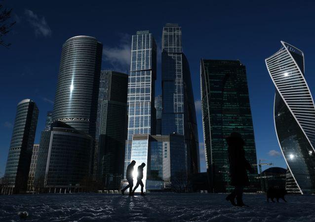 ناطحات سحاب المجمع الاقتصادي موسكفا سيتي (موسكو سيتي) وسط العاصمة الروسية موسكو
