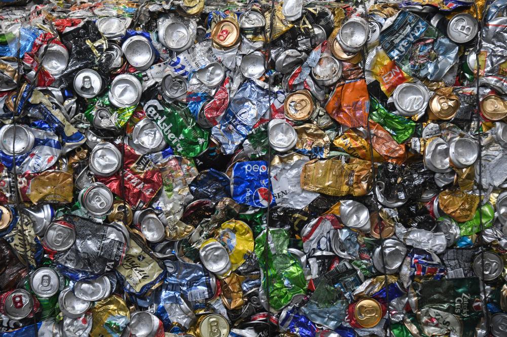 تخزين العلب المضغوطة في مصنع إعادة تدوير النفايات الصلبة في بلدة روشال، على بعد حوالي 140 كم شرق موسكو، روسيا
