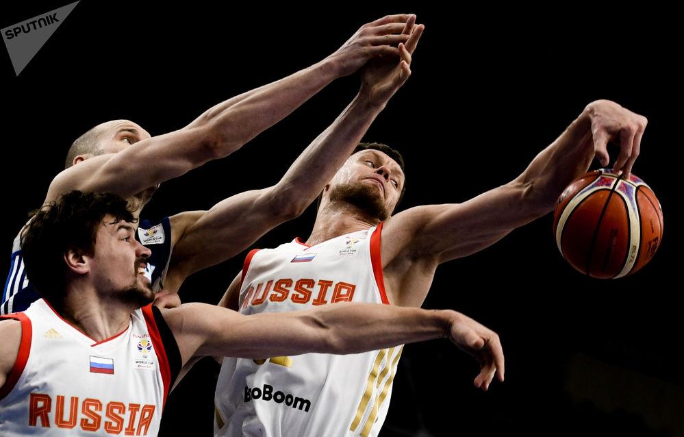 الصورة من اليسار إلى اليمين: لاعبو كرة السلة: اللاعب الروسي يفغيني بابورين واللاعب الفنلندي توكا كوتي واللاعب الروسي بيوتر غوبانوف، خلال بطولة الدوري الأوروبي 2018/2019