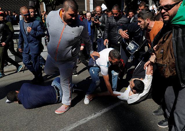 اشتباكات في مظاهرات الجزائر ضد ترشح عبد العزيز بوتفليقة