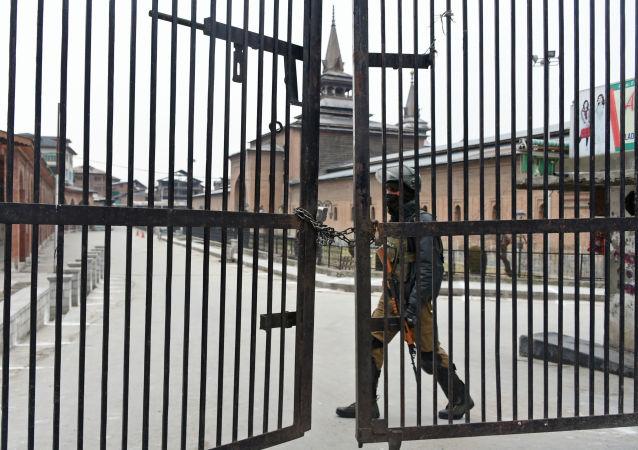تصاعد التوتر بين الهند و باكستان - جندي هندي بالقرب من مسجد جاميا في سريناغار، كشمير، 1 مارس/ آذار 2019