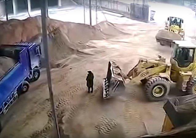 فيديو مروع يوثق لحظة دفن فتاة حية