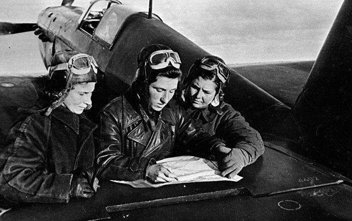 الطيارات ليديا ليتفياك (يسار) وكاتيا بودانوفا وماشا كوزنيتسوفا عند طائرة ياك-1