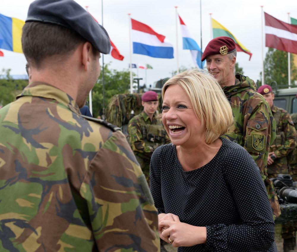 وزيرة الدفاع الهولندية جينين هينيس بلاسخارت في زاغان، بولندا 18يونيو/ تموز 2015