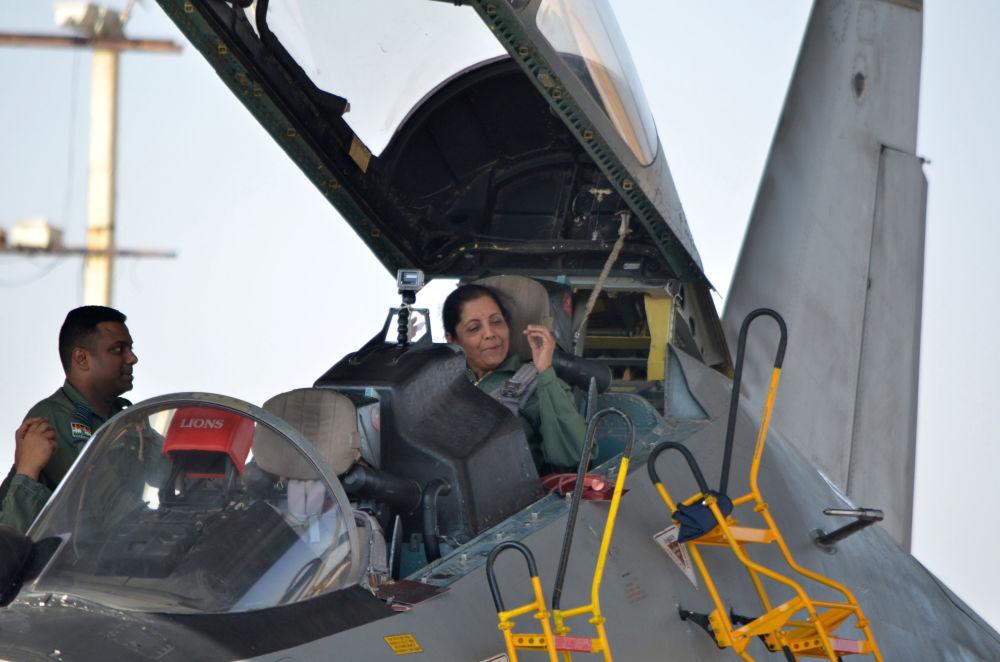 وزيرة الدفاع الهندية  نيرمالا سيتارامان على متن طائرة سو-30 في القعدة الجوية العسكرية في جودبور، 17 يناير/ كانون الثاني 2018