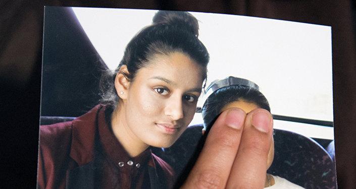 رينو بيجوم شقيقة الفتاة البريطانية الشابة شاميما بيجوم تحمل صورة لأختها وهي تناشدها أن تعود إلى منزلها في لندن