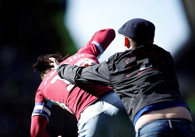 مشجع يعتدي على لاعب أستون فيلا في الدوري الإنجليزي