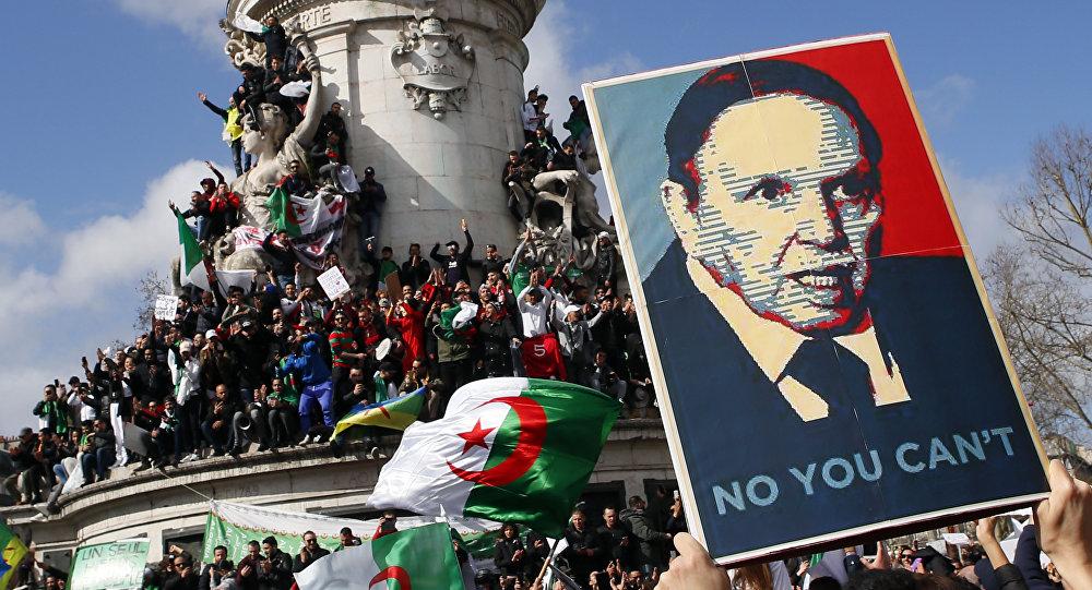 احتجاجات ترفع صورة الرئيس الجزائري عبد العزيز بوتفليقة