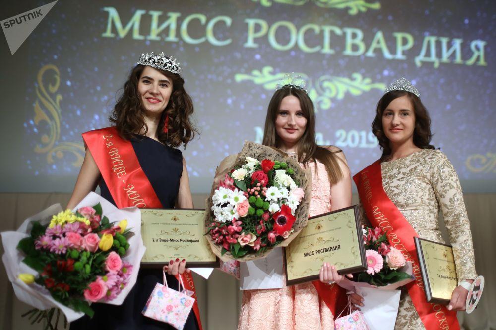 المشاركات في مسابقة ملكة جمال الحرس الوطني في موسكو لعام 2019 - وسط الصورة: الحائزة على اللقب، برتبة رقيب أول فيرا كورنياك