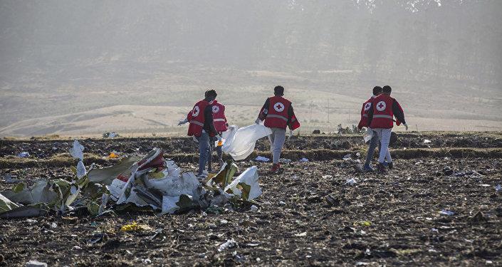عمال الإنقاذ في موقع تحطم طائرة تابعة للخطوط الجوية الإثيوبية