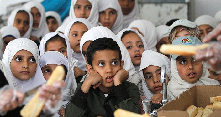 تلاميذ يمنيين ينتظرون وجبات مدرسية مجانية في إحدى مدارس صنعاء في 19 فبراير / شباط 2019