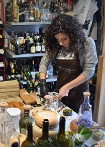 مريم عاصي، الفنانة اللبنانية تحول العبوات الزجاجية إلى تحف فنية