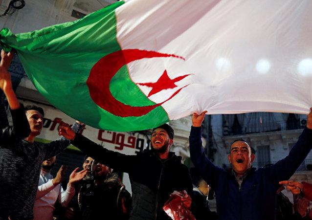 رد فعل الجزائريين بعد إعلان الرئيس عبد العزيز بوتفليقة عدم ترشحه لفترة خامسة يوم 11 مارس / أذار 2019