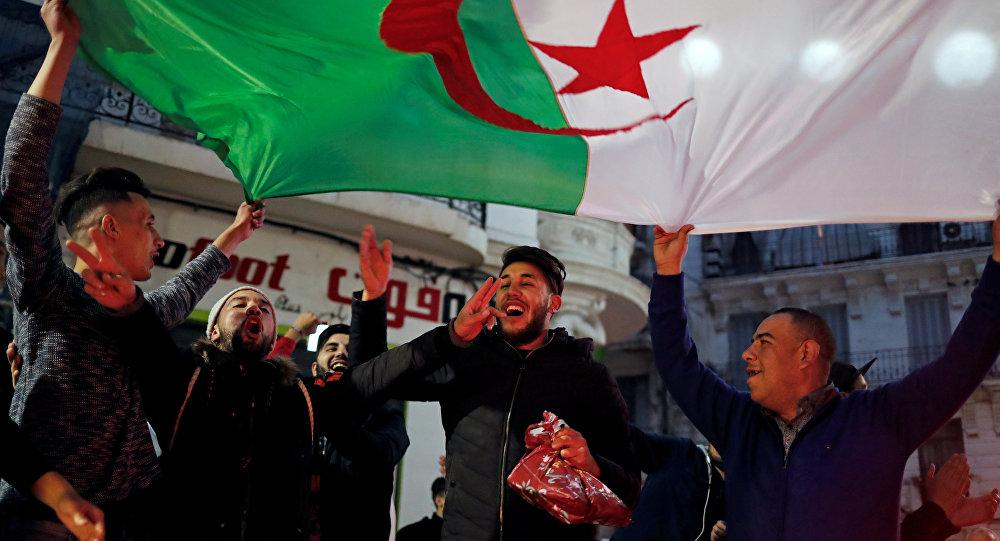 احتفالات الشارع الجزائري بقرار بوتفليقة عدم الترشح للرئاسة