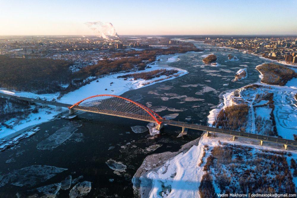 منظر لجسر بوغرينسكي يمر فوق نهر أوب بمدينة نوفوسيبيرسك