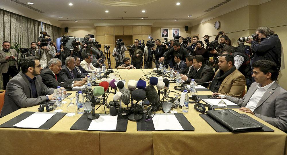 اجتماع سابق بين وفد من الحكومية اليمنية ووفد من جماعة أنصار الله (الحوثيين)