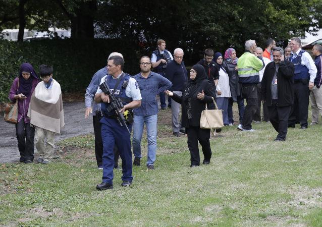 الشرطة والمصلون في مكان الهجوم الإرهابي على مسجدين في نيوزيلاندا