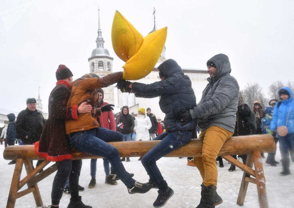 معركة الوسادات في مهرجان ماسلينيتسا (أسبوع المرافع) في مدينة سوزدل الروسية