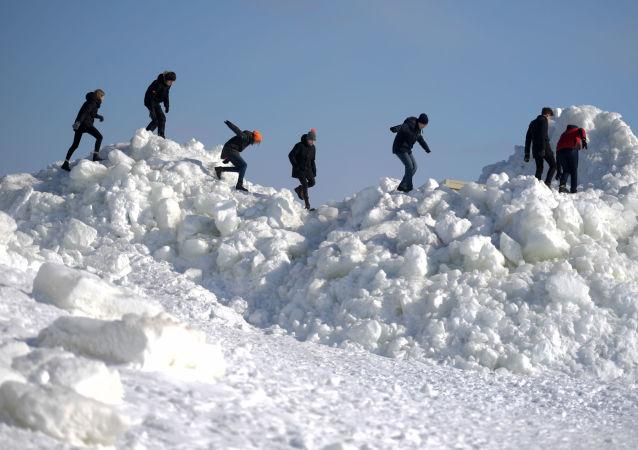 تركام من الجليد على الشاطئ الذهبي في زيلينوغورسك الروسية، حيث يصل ارتفاعها إلى عدة أمتار. ربما كان السبب وراء تكوينها هو الطقس السيئ، مصحوبة برياح عاصفة
