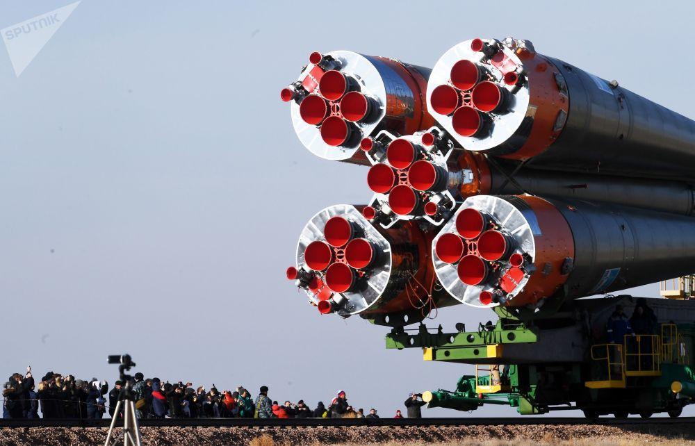 نقل مركبة حاملة الصواريخ سويوز-إف غا مع مركبة الفضاء سويوز-إم سي-12 إلى منصة الإطلاق في قاعدة بايكونور الفضائية، 14 مارس/ آذار 2019