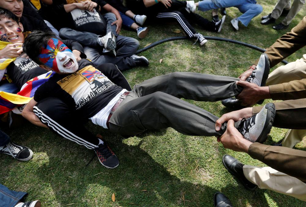 الشرطة تعتقل أحد المشاركين في المظاهرة تكريما للذكرى الـ 60 لانتفاضة التبت ضد السلطات الصينية في السفارة الصينية في نيودلهي، 12 مارس/ آذار 2019