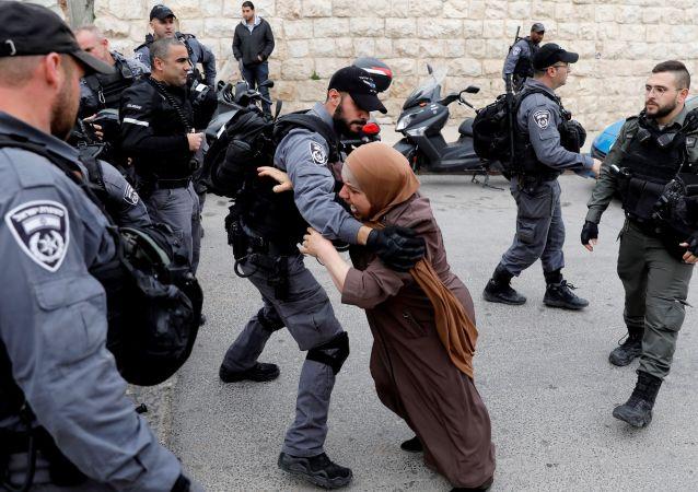 امرأة فلسطينية تحاول اختراق حاجز الشرطة الإسرائيلية بعد أن أغلقت السلطات الإسرائيلية المداخل إلى مسجد الأقصى في القدس، 12 مارس/ آذار 2019