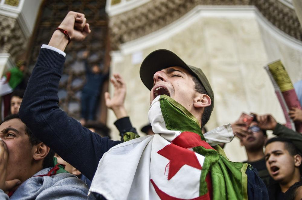 طلاب جزائريون يتظاهرون بالقرب من مكتب البريد المركزي وسط العاصمة الجزائر، ضد ترشيح الرئيس الجزائري عبد العزيز بوتفليقة لولاية رئاسية خامسة، 10 مارس/ آذار 2019
