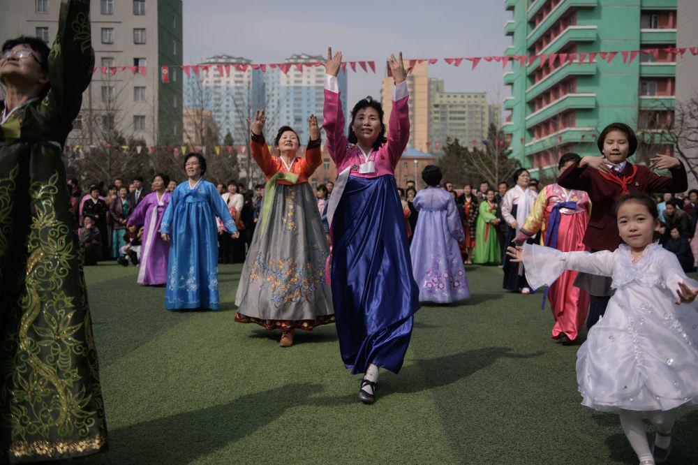 عرض احتفالي في المركز الانتخابي أثناء التصويت في انتخابات مجلس الشعب الأعلى في بيونغ يانغ، كوريا الشمالية 10 مارس/ آذار 2019