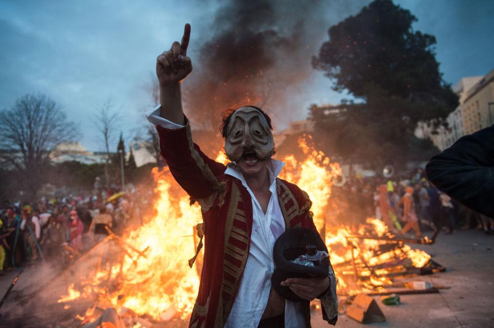 مشارك في كرنفال مرسيليا  La Plaine Carnival في قناع رئيس بلدية مارسيل جان كلود جودان، فرنسا 10 مارس/ آذار 2019